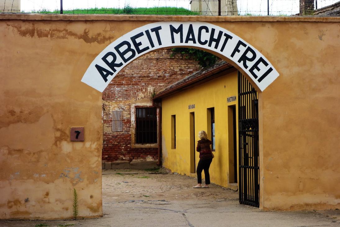 NAZİ ölüm kampları Çalışmak Özgürlüktür Resimleri ile ilgili görsel sonucu